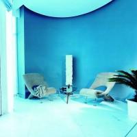 Mavinin 2 tonu ve modern koltukların kullanıldığı sade bir dekorasyon