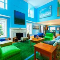 Parlak renklerin bir arada kullanıldığı bir salon. Renkler çok uygun miktarda kullanıldığı için karmaşık bir ortam görüntüsü oluşmamış