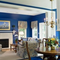 Mavi ve beyazın mükemmel uyumu ile klasik bir dekorasyon. Çiçekler odaya hareket kazandırılmış