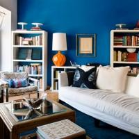 Mavinin farklı tonları ile beyazın hakim olduğu oda da turuncu renk vazo ile vurgulama yapılmış
